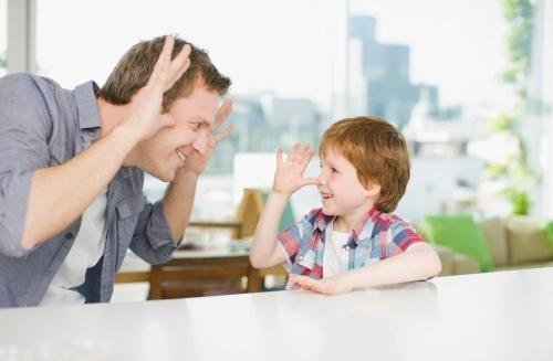 Chơi cùng trẻ thể hiện yêu thương