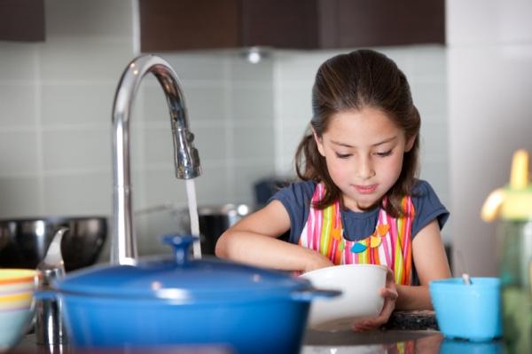 Trẻ tập rửa bát khi ở nhà một mình