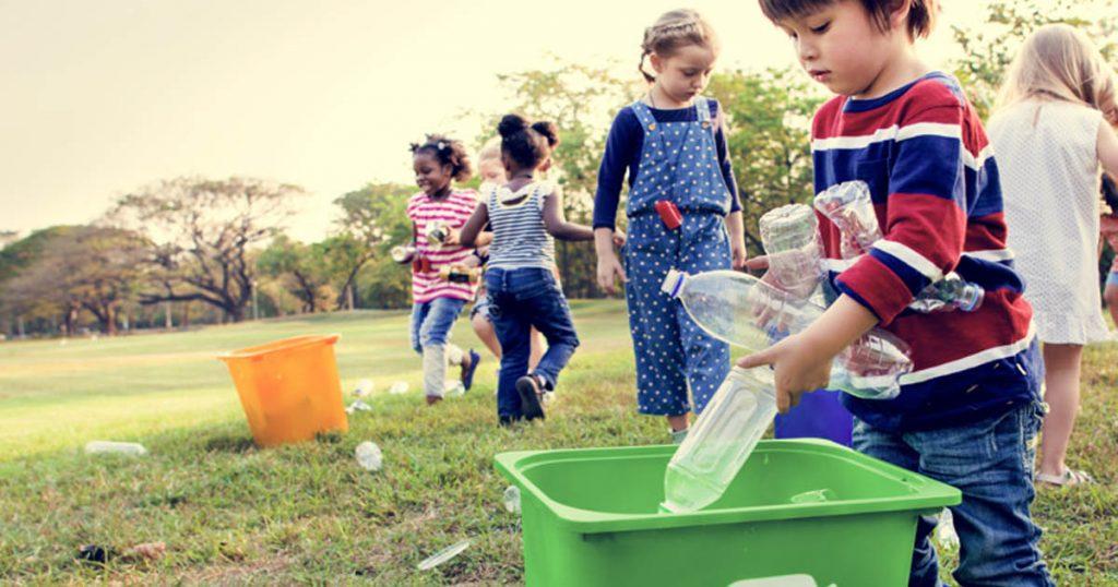 Nhặt rác bảo vệ môi trường - Hoạt động  ngoài trời giúp trẻ phát triển toàn diện