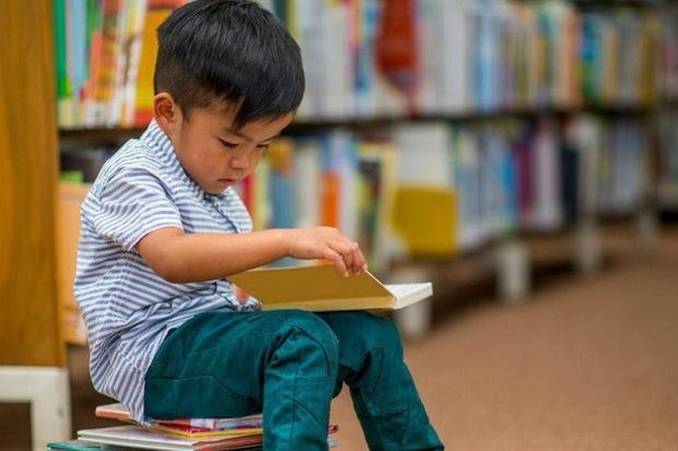 Trẻ đọc sách từ bé tạo thành thói quen tốt cho phát triển sau này