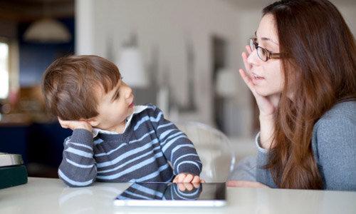 Trò chuyện cùng trẻ tìm nguyên nhân trẻ khóc lóc ăn vạ