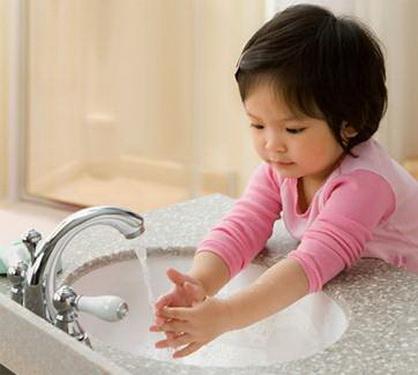 Người lớn tạo thói quen tốt rửa tay cho trẻ ngay từ khi còn bé