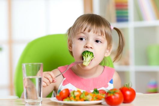 Trẻ ăn rau xanh từ nhỏ tạo thành thói quen tốt  cho sự phát triển
