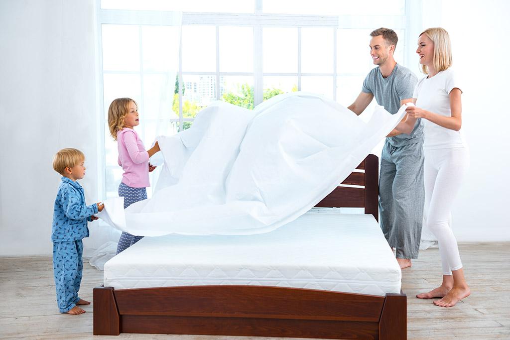 Hướng dẫn con làm việc nhà gấp dọn giường chăn chiếu