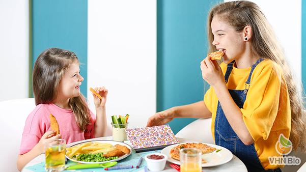 Bữa ăn đầy đủ dinh dưỡng giúp trẻ có làn da khỏe mạnh