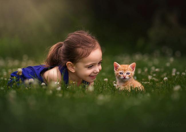 Bé chơi đùa với động vật ngoài thiên nhiên